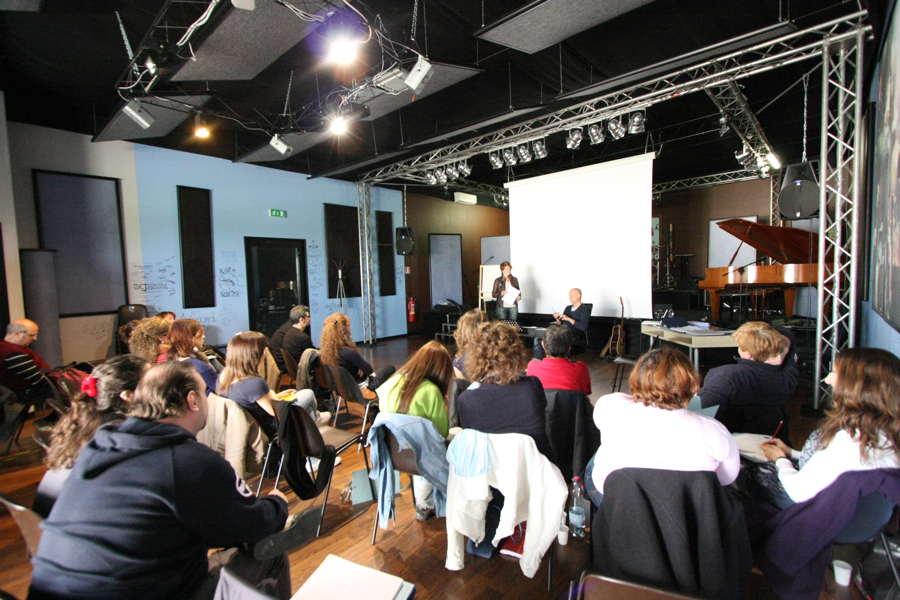 """Lab collettivi di canto moderno e musical<div class=""""home-course-item""""><a href=""""http://www.icoloridellavoce.it/lab-collettivi/"""">Dettagli</a></div>"""